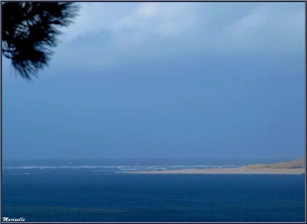 La pointe du Cap Ferret entre Bassin et Océan Atlantique vue depuis La Corniche à Pyla-sur-Mer, Bassin d'Arcachon (33)