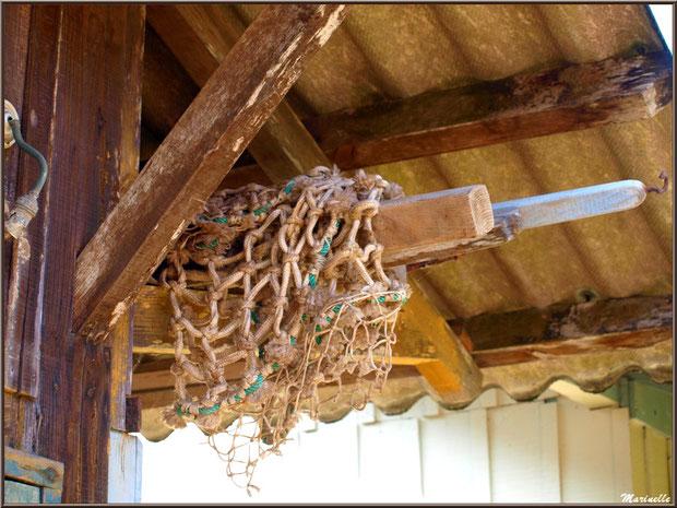 Filet et cordage pendu à l'avant toit d'une maison, Village de L'Herbe, Bassin d'Arcachon (33)