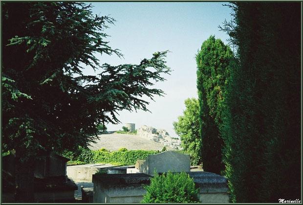 Le cimetière avec vue sur le moulin à vent, Château des Baux-de-Provence, Alpilles (13)