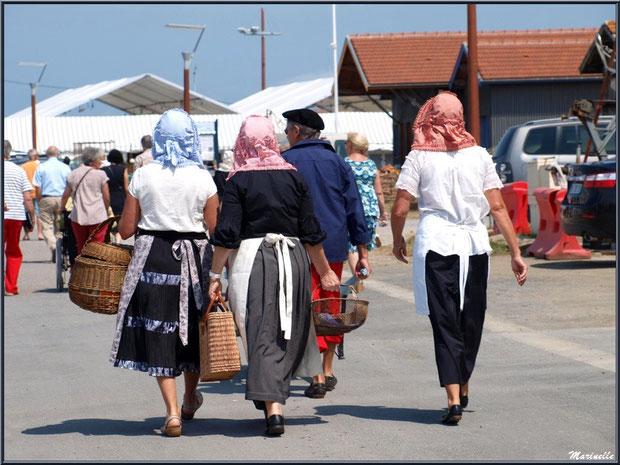 Après le déchargement, les femmes suivent les marins vers la criée - Fête du Retour de la Pêche à la Sardine 2014 à Gujan-Mestras, Bassin d'Arcachon (33)