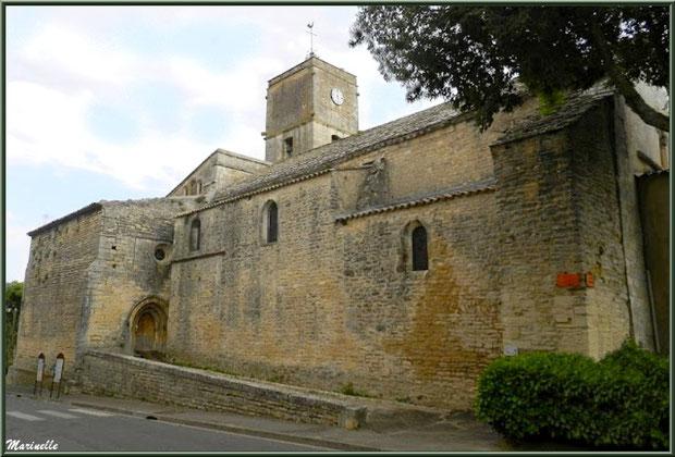 La Chapelle des Hommes et son allée menant à la porte d'entrée, Goult, Lubéron - Vaucluse (84)
