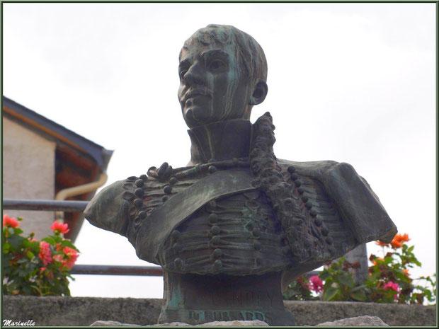 Statue de J.B. Guindey sur le monument à sa mémoire, village de Laruns, Vallée d'Ossau (64)