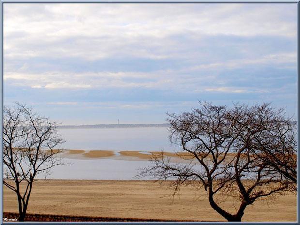 La plage Péreire depuis la promenade du front de mer à Arcachon, le Bassin et à l'horizon le phare du Cap Ferret, Bassin d'Arcachon (33)