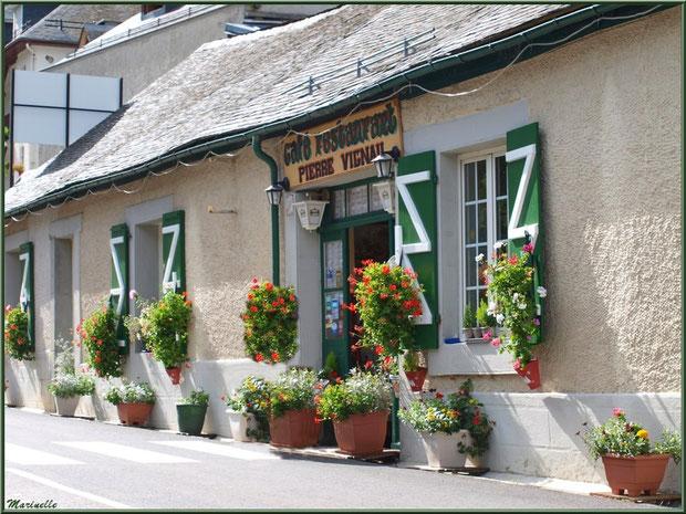 Un des restaurants en bordure de la route traversant le hameau de Gabas, Vallée d'Ossau (64)