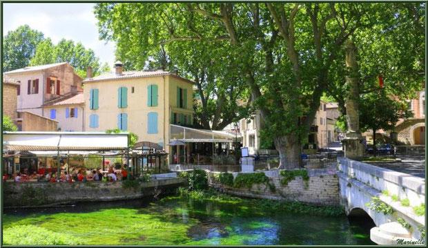 Place principale et restaurants sur La Sorgue, Fontaine de Vaucluse, Pays de La Sorgue, Vaucluse (84)