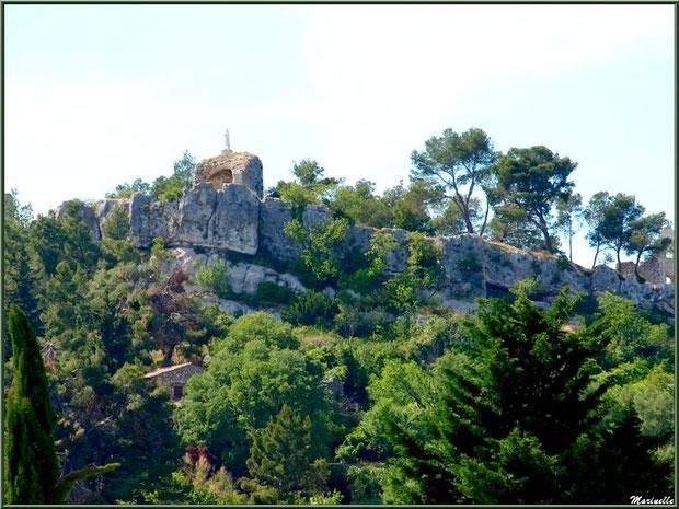 La statue de la Vierge Marie au-dessus des ruines du vieux château sur les hauteurs du village d'Eygalières dans les Alpilles, Bouches du Rhône