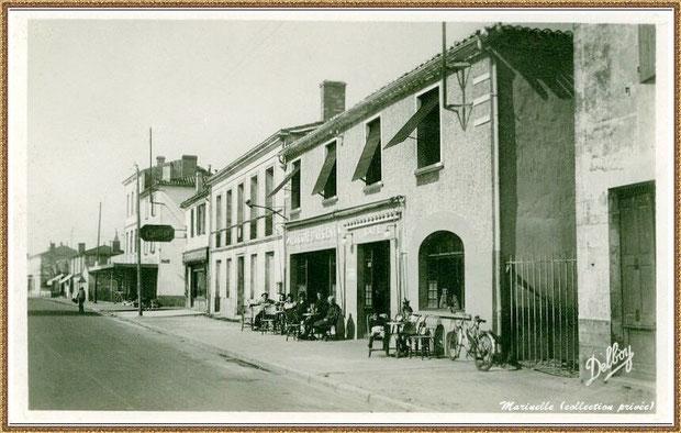 """Gujan-Mestras autrefois : en 1950, Cours de la République avec, en premier plan, le bar-tabac de la """"Côte d'Agent"""", Bassin d'Arcachon (carte postale, collection privée)"""