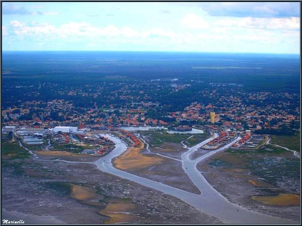 Le Bassin à marée montante et ses chenaux, Gujan Mestras avec son château d'eau, ses Ports de la Passerelle et Larros, Bassin d'Arcachon (33) vu du ciel