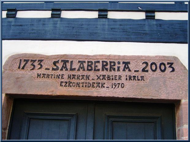 Aïnoha, vieille maison basque datant de 1733 avec, sur le haut de porte, l'historique des familles résidentes, Pays Basque français