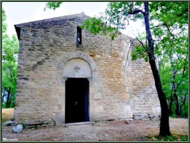 Façade et entrée de la Chapelle Saint Véran à Goult, Lubéron - Vaucluse (84)