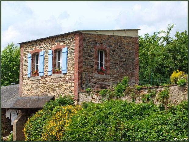 Habitation et son lavoir en bordure du Trieux, Pontrieux, Côte d'Armor (22)