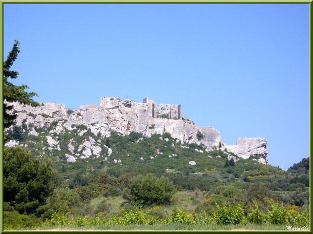 Le Château des Baux-de-Provence, Alpilles (13), depuis la vallée sur la D27 venant de Maussane-les-Alpilles (avec vignoble en bord de route)