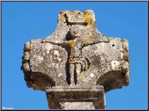 Le crucifix de la croix du cimetière à l'église Saint Pierre de Mons à Belin-Beliet (Gironde)