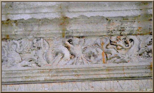 Détail sculptures de la frise au-dessus de l'arc en haut du socle au Mausolée des Jules aux Antiques à Saint Rémy de Provence, Alpilles (13)