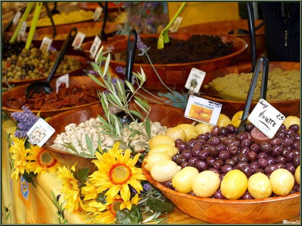 Marché de Provence, mardi matin à Vaison-la-Romaine, Haut Vaucluse (84), étal d'olives, tapenades, ail et citrons confits