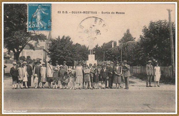 Gujan-Mestras autrefois : vers 1905, sortie de la messe et pose photo devant la Croix de la Mission, Bassin d'Arcachon (carte postale, collection privée)