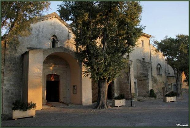 Façade et entrée de l'église Saint Sébastien à Goult, Lubéron - Vaucluse (84)
