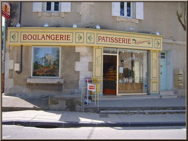 Une bien jolie boulangerie-pâtisserie au village de Saint Etienne du Grès dans les Alpilles, Bouches du Rhône