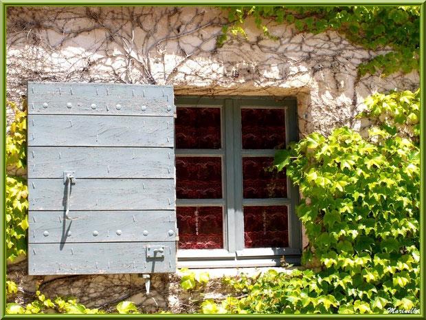 Une petite fenêtre de la maison à l'entrée de l'abbaye de Silvacane, Vallée de la Basse Durance (13)