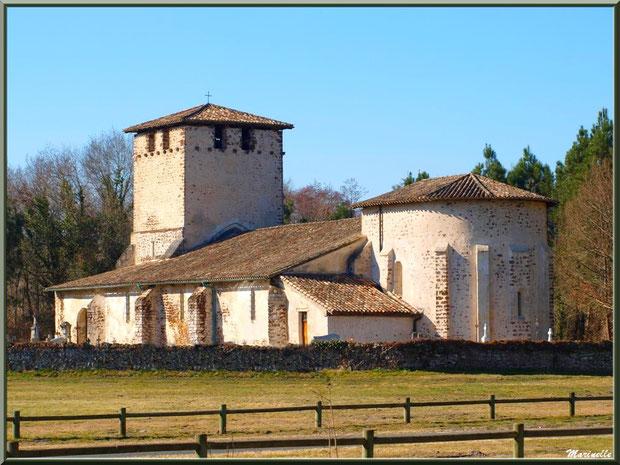 Eglise Saint Pierre de Mons entourée de son cimetière autour à Belin-Beliet, Gironde