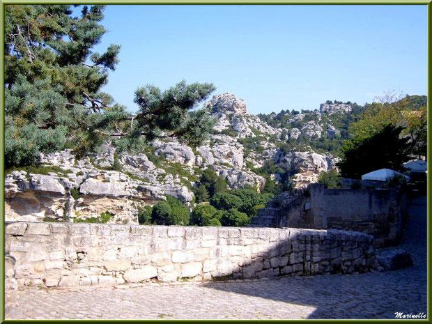 Ruelle et vestiges avec vue sur les Alpilles, Baux-de-Provence, Alpilles (13)