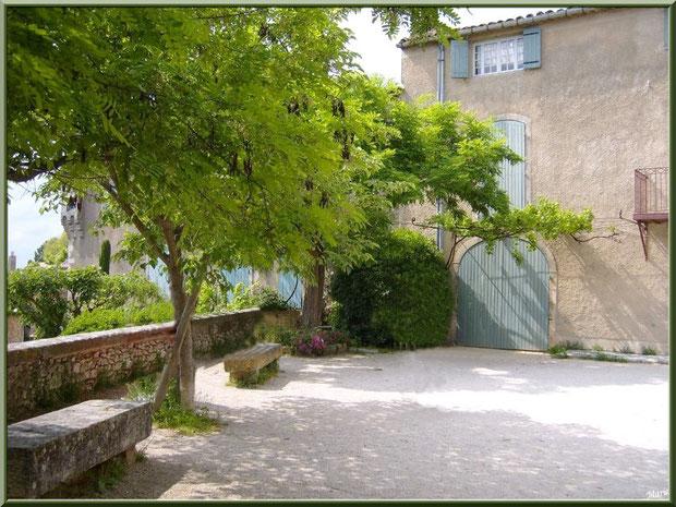 Une placette au village d'Eygalières dans les Alpilles, Bouches du Rhône
