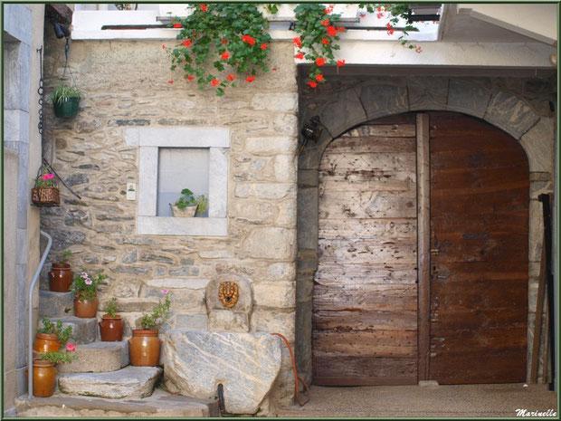 Pas de porte accueillant dans le village de Laruns, Vallée d'Ossau (64)