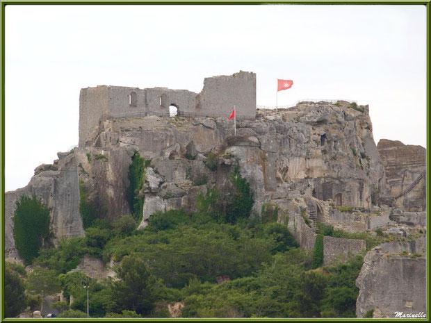 Le Château des Baux-de-Provence, Alpilles (13), côté intérieur, depuis la route du Val d'Enfer (vue zoomée)