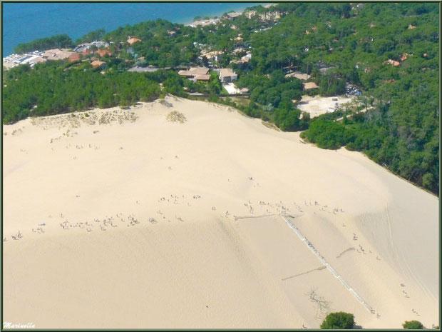 La Dune du Pyla et ses visiteurs tels des fourmis, Bassin d'Arcachon (33) vu du ciel