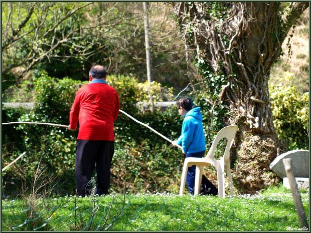Pêcheurs au lac de la Pisciculture des Sources à Laruns, Vallée d'Ossau (64)