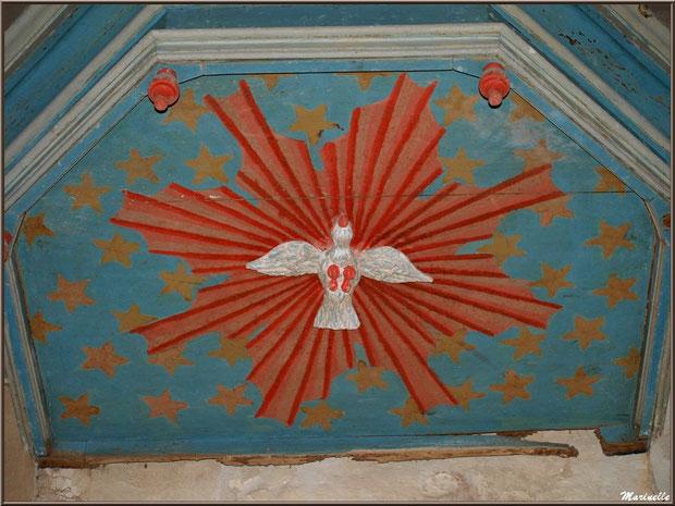 Dessous du chapiteau de la chaire avec la colombe représentant le Saint Esprit à église Saint Pierre de Mons à Belin-Beliet (Gironde)
