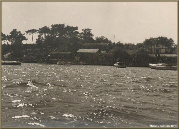 Bassin à marée haute et village (1950), Village de L'Herbe autrefois, Bassin d'Arcachon (33)