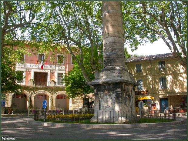 Place principale avec la Mairie et l'Ecomusée à Fontaine de Vaucluse, Pays de La Sorgue, Vaucluse (84