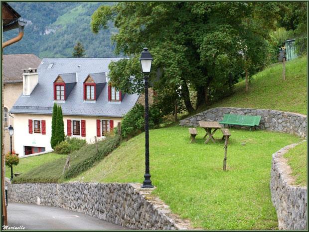 Maisons et et mini jardin public au village d'Aas, Vallée d'Ossau (64)