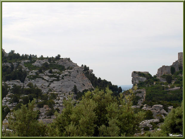 Le Val d'Enfer avec sa route en montant au village des Baux-de-Provence, Alpille (13)