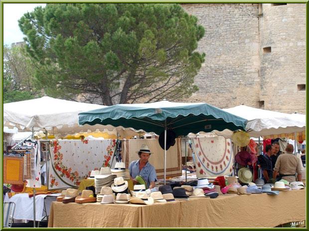 Marché de Provence, mardi matin à Gordes, Lubéron (84), marchand de chapeaux et nappes