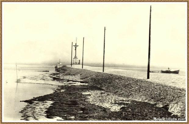 Gujan-Mestras autrefois : La Jetée du Christ, la plage et pinasse rentrant au Port de Larros, Bassin d'Arcachon (carte postale, collection privée)