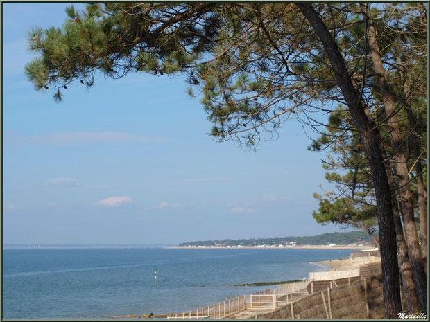 Vue sur le Bassin, la plage et, en toile de fond, Arcachon et son quartier du Moulleau, depuis la jetée à La Corniche à Pyla-sur-Mer, Bassin d'Arcachon (33)