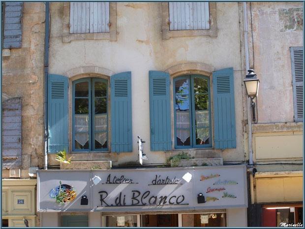 Fenêtres et façades dans une ruelle centre ville à Saint Rémy de Provence, Alpilles (13)