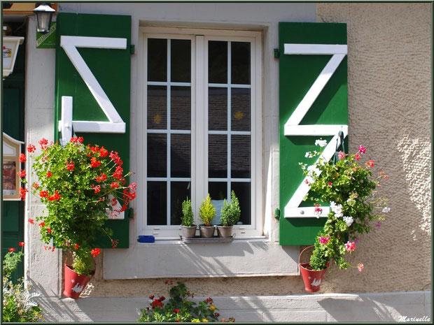 Fenêtre fleurie d'un des restaurants en bordure de la route traversant le hameau de Gabas, Vallée d'Ossau (64)