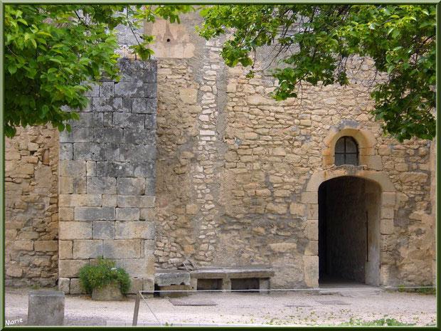 Le monastère de Saint Paul de Mausole à Saint Rémy de Provence (Alpilles - 13) : l'arrière donnant dans le jardin aux iris et aux lavandes
