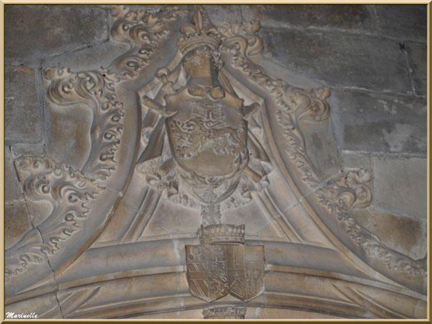 Blason au-dessus du tombeau de la famille de Manville dans l'église Saint-Vincent, Les Baux-de-Provence, Alpilles (13)