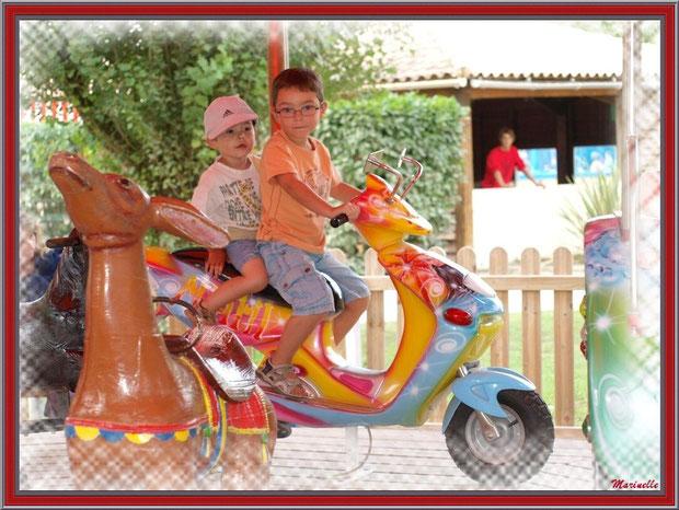 Les joies du scooter au manège, Parc de la Coccinelle, mini-ferme à Gujan-Mestras, Bassin d'Arcachon (33)