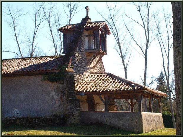 Le clocher-mur et le proche d'entrée de la chapelle Saint-Roch à Saugnacq-et-Muret (40), vus de côté