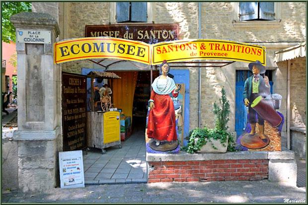 Ecomusée Santons et Traditions de Provence sur la place principale à Fontaine de Vaucluse, Pays de La Sorgue, Vaucluse (84)