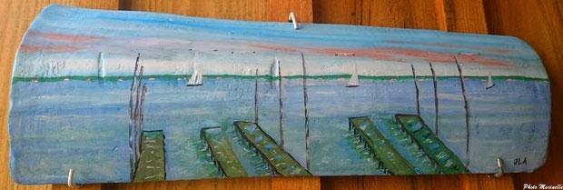 """JLA Artiste Peintre - """"Atmosphère Bassin Arcachon : parcs huîtres, voiliers, mouettes"""" 049b - Peinture sur tuile ostréicole (Bassin d'Arcachon)"""