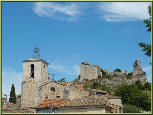 Le quartier de Savoie : l'église et son clocheton avec, en fond, les ruines du château du Duc de Guise, village d'Orgon, entre Alpilles et Lubéron (13)
