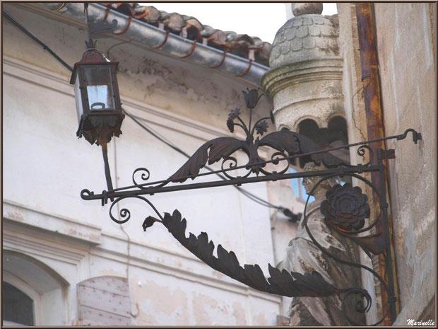 Sculpture et luminaire ancien à la bougie au coin d'une ruelle centre ville à Saint Rémy de Provence, Alpilles (13)