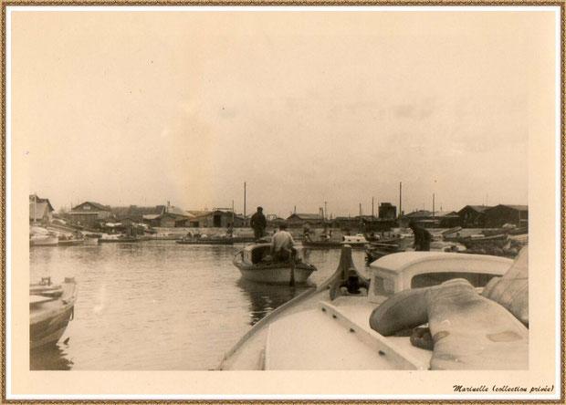 Gujan-Mestras autrefois : pinasses revenant des parcs dans la darse principale du Port de Larros, Bassin d'Arcachon (photo de famille, collection privée)