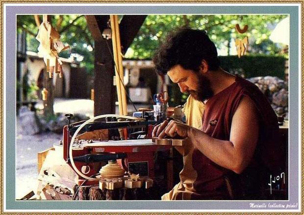 Gujan-Mestras autrefois : Atelier de jouets en bois au Village Médiéval d'Artisanat d'Art de La Hume, Bassin d'Arcachon (carte postale, collection privée)